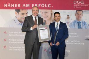 DGQ-Präsident Udo Hansen überreicht Dr.-Ing. Bashar Hassoun den Masing-Preis 2016. © Christian Lietzmann   Zu den Preisträgern>>